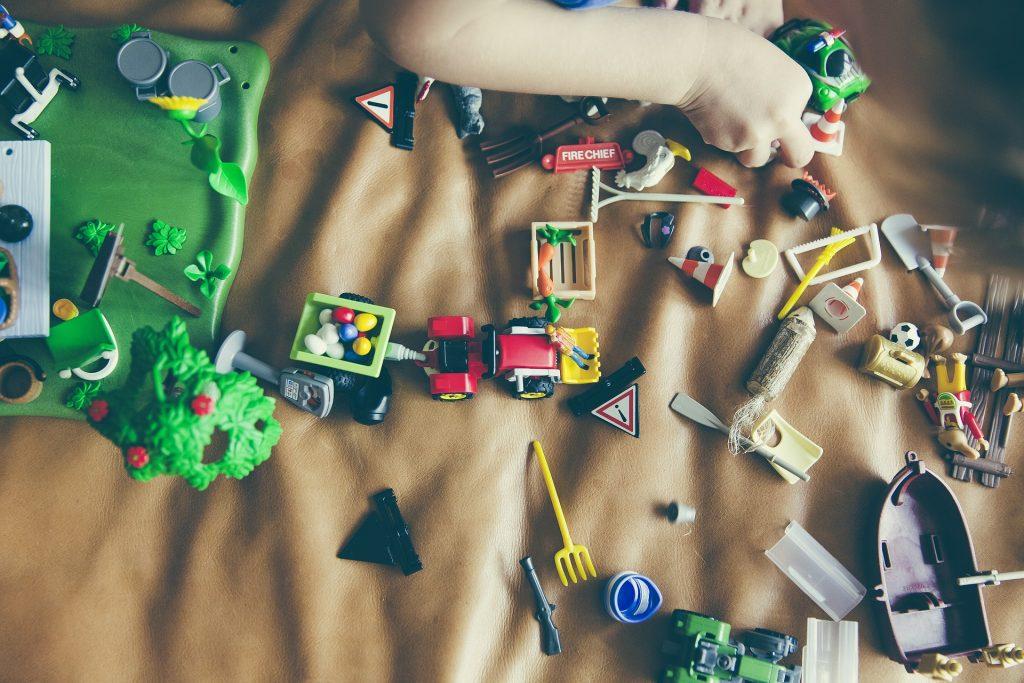 Playmobil am Kinderzimmer Teppich ist schwer aufzuräumen